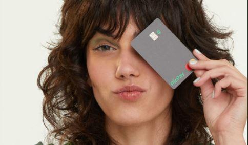 Mulher segurando um PicPay Card