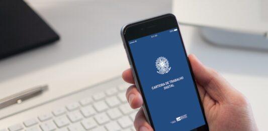 Pessoa segura um celular aberto no aplicativo da CTPS digital