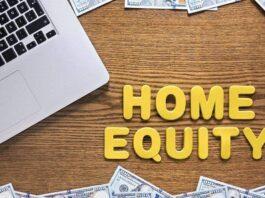 """Expressão """"home equity"""" escrita em uma superfície de madeira com um notebook ao lado"""