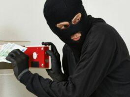 Homem fantasiado de ladrão simula assalto em cobre com dinheiro