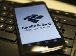 celular com tela aberta no aplicativo da Receita Federal