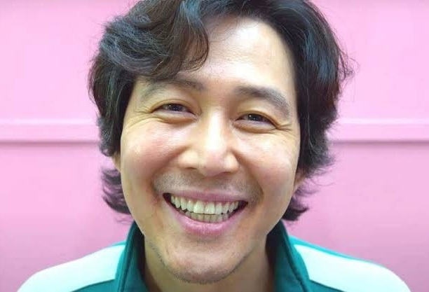 Foto de perfil do personagem Gi-Hun, de Round 6, sorrindo